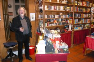 Peter Gerdes führt mit seiner Frau Heike die Buchhandlung Tatort Taraxacum in Leer.